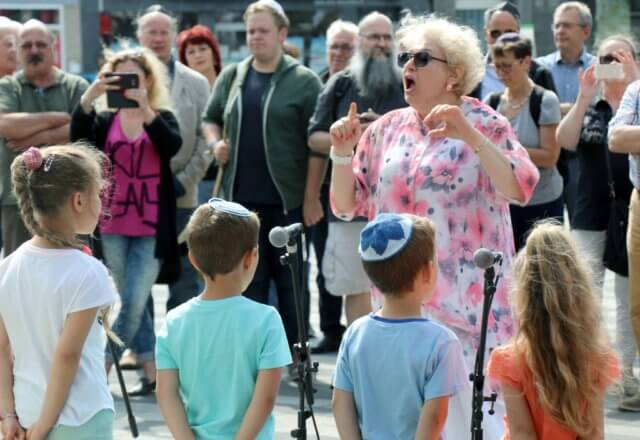 Rund 130 Menschen kamen am Montag zum 2. Solinger Kippa-Tag zum Rathaus. Kinder der Jüdischen Gemeinde sorgten für ein musikalisches Rahmenprogramm. (Foto: © Bastian Glumm)