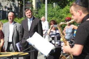 Stadtdirektor Hartmut Hoferichter (li.) neben Oberbürgermeister Tim Kurzbach am Montag auf dem Rathausplatz. (Foto: © Bastian Glumm)