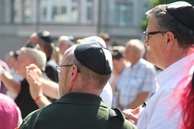 Knapp 200 Menschen kamen am Montagnachmittag auf dem Rathausplatz zum