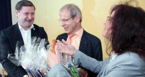 Oberbürgermeister Tim Kurzbach (li.) brachte Geschenke in Form von Malbüchern zur Wiedereröffnung der Kita Don Bosco mit. Darüber freuten sich Kita-Leiterin Martina Grams-Wilkens und Caritasdirektor Dr. Christoph Humburg. (Foto: © B. Glumm)