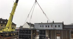 Am Montag haben die Stadtwerke Solingen die ersten sieben von insgesamt 14 Modulen der Kita Energiezwerge an der Mittelgönrather Straße errichtet. Weitere sieben Module werden am Mittwoch auf der Bodenplatte montiert. (Foto: © Stadtwerke Solingen)