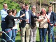 """Nach der Kita-Eröffnung ist vor der Kita-Eröffnung. Oberbürgermeister Tim Kurzbach hat das rote Band durchschnitten und die Kita """"Opderhüh"""" feierlich eingeweiht. Kita-Leiterin Sabine Claas (li.) hält das Mikro. (Foto: © Bastian Glumm)"""