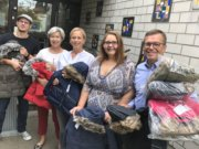 Der Solinger Kiwanis Club spendet der Kita Fuhr warme Jacken für die Winterzeit: v.li. Kevin Gotulla (Kita Fuhr), Barbara Grotkamp-Schepers, Katja Idelberger, Sandra Marohn (Förderverein) und Martin Idelberger. (Foto: © Kiwanis)