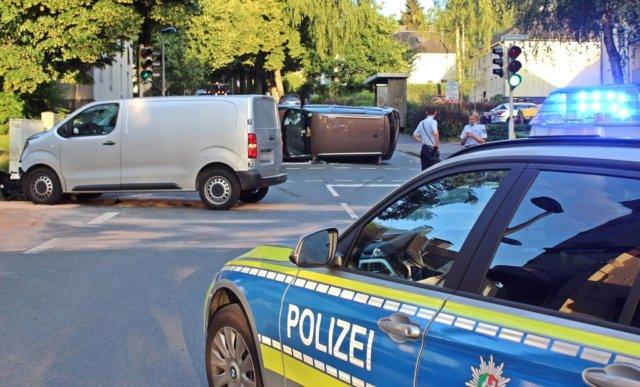 Am Mittwochabend kam es auf der Klingenstraße in Mitte zu einem Verkehrsunfall mit hohem Sachschaden und einer leicht verletzten Frau. (Foto: © Das SolingenMagazin)