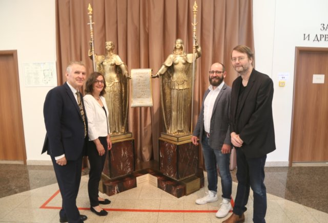 Vladimir Bodganovskij (li.), Direktor des Landesmuseums in Tscheljabinsk, begrüßte den Besuch aus Solingen: Dr. Isabel Immel, Dr. Sixt Wetzler und Ralf Rogge (re.). (Foto: © Sergej Lepke)