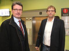 Hans-Jörg Schwarz (li.), Verwaltungsdirektor des Solinger Klinikums, und Franz-Josef Eschkötter, Leiter der technischen Abteilung, vor den Aufzügen in Haus E. (Foto: © Bastian Glumm)