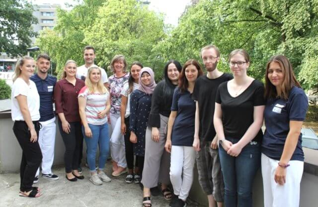 Die Azubis des Klinikums im August 2018: v.li. D. Drozdova (Personalabteilung), G. Farruggia, A. Jonaskovic, E. Isgören, D. Sentürk, A. Seidel (Personalabteilung), M. A. Errante, L. Bayodi, J. Ferres, D. Kunze, L. Häring, L. Lord und S. Kratz. (Foto: © Karin Morawietz/Klinikum)