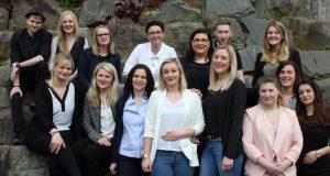 Der Einsatz hat sich gelohnt: Auszubildende der Gesundheits- und Krankenpflege am Klinikum Solingen feiern ihren Abschluss (Foto: © Klinikum Solingen / Karin Morawietz)
