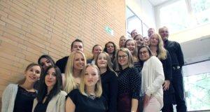 18 Operationstechnische Assistentinnen und Assistenten (OTA) haben im Klinikum jetzt ihre vorläufigen Abschlussurkunden erhalten. (Foto: © Karin Morawietz/Klinikum Solingen)