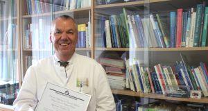 Chefarzt der Klinik für Nephrologie und Allgemeine Innere Medizin am Klinikum Solingen, Prof. Dr. Peter J. Heering freut sich über die Auszeichnung für seinen Fachbereich. (Foto: © K. Morawietz / Klinikum Solingen)