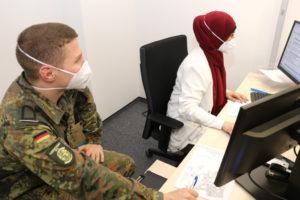 Zur Bewältigung der Corona-Krise unterstützen derzeit Soldaten der Flugbereitschaft des Bundesverteidigungsministeriums die Mitarbeiterinnen und Mitarbeiter des Solinger Klinikums. (Foto: © Bastian Glumm)