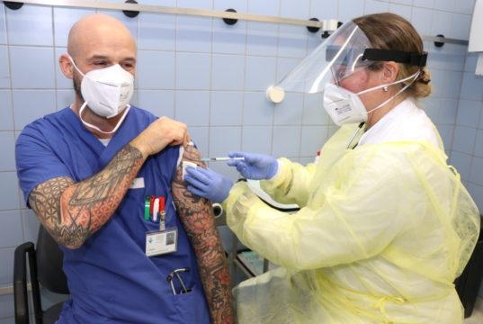 Auch im Klinikum laufen die Impfungen gegen das Coronavirus: Dr. Jane Sturmfels von der Arbeitsmedizin des Klinikums verabreicht die Impfung hier Timo Hemm, stellvertretender Leiter der Zentralen Notfallambulanz. (Foto: © Bastian Glumm)