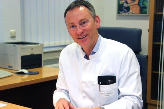 Prof. Dr. Boris Pfaffenbach ist Chefarzt der Klinik für Gastroenterologie, Onkologie und Allgemeine Innere Medizin am Klinikum Solingen. (Foto: © Bastian Glumm)