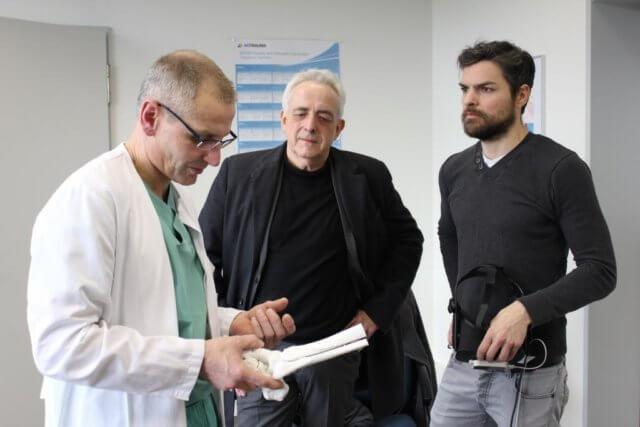 Prof. Dr. med. Sascha Flohé (li.), Chefarzt der Klinik für Unfallchirurgie, Orthopädie und Handchirurgie im Städtischen Klinikum Solingen, mit Werner Koch (mi.) und Rainer Martin von der Firma Excit3D. (Foto: © Klinikum Solingen)