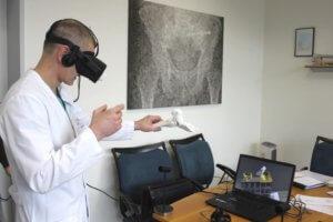 Prof. Dr. med. Sascha Flohé testet hier via VR-Brille die digitalen Darstellungsmöglichkeiten. (Foto: © Klinikum Solingen)