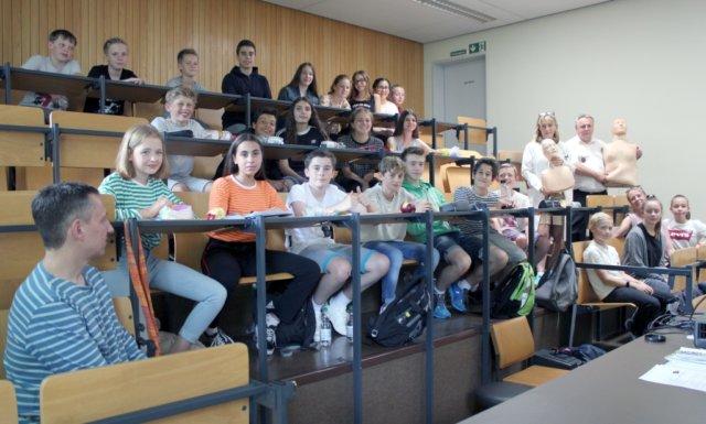 """Einen spannenden Unterricht zum Thema """"Herz und Kreislauf"""" haben Schüler der Friedrich-Albert-Lange-Schule (FALS) am Freitag im Klinikum erlebt. (Foto: © Klinikum Solingen)"""