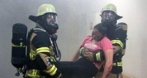 Als Übungslage wurde ein Brand angenommen, der auf der Station G11 im 1. Obergeschoss des Hauses G des Klinikums ausgebrochen ist. Angehörige der Solinger Feuerwehr rückten zur Menschenrettung an. (Foto: © Bastian Glumm)