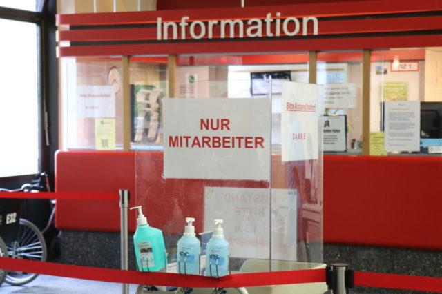 Der Eingangsbereich des Solinger Klinikums musste wegen Corona umgestaltet werden. (Foto: © Bastian Glumm)