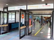Besucher, Patienten und Mitarbeiter werden durch einen einzigen Zugang in die Eingangshalle des Klinikums geführt. Eine Spur fungiert als Ausgang. (Foto: © Bastian Glumm)