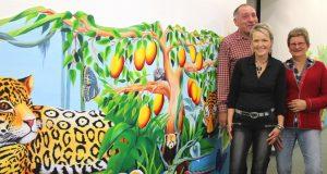 Freuen sich über Kunst im Wartezimmer der Gemeinschaftspraxis, die die kleinen Patienten ablenken soll: v.li. Dr. Karl-Heinz Jacobs, Künstlerin Gabi von der Linnepe und Dr. Jutta Adler. (Foto: Karin Morawietz/Klinikum Solingen)