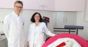 Dr. Sebastian Hentsch, Chefarzt der Klinik für Frauenheilkunde und Geburtshilfe am Klinikum Solingen, mit der neuen Oberärztin Dr. Melanie Benthin. (Foto: © Bastian Glumm)