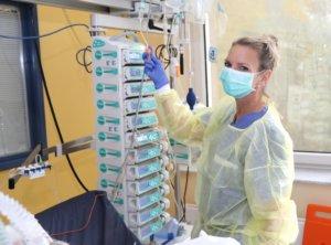 Die Solingerin übt ihren Beruf mit Leidenschaft aus, gezielt hatte sie sich damals für die Intensivstation entschieden. Die Fachweiterbildungen für Anästhesie und Intensivpflege hat sie für diese Aufgabe eigens abgeschlossen. (Foto: © Bastian Glumm)