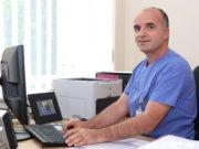 Salih Imeri (43) machte seine Ausbildung zum Krankenpfleger im Kosovo und arbeitet seit 1996 im Klinikum Solingen. Für den Vater von drei Kindern ist die Kardiologie spirchwörtlich eine Herzensangelegenheit. (Foto: © Bastian Glumm)