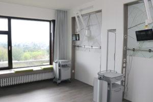 Die Unterbringung der Patientinnen und Patienten erfolgt in 1- und 2-Bett-Zimmern. Auf beiden Stationen wurden individuelle Architekturkonzepte umgesetzt. (Foto: © Bastian Glumm)