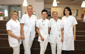 Melanie Grunwald (mi.) mit ihren Kolleginnen auf der Station E12 im Klinikum Solingen. (Foto: © Bastian Glumm)