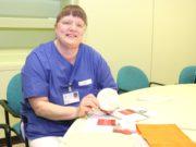 Krankenschwester Monika Backhaus kümmert sich im Klinikum Solingen um Stomapatienten. Sie ist bereits seit 1988 im Klinikum tätig. (Foto: © Bastian Glumm)