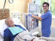 Nahomi Elkaz arbeitet seit 2014 im Klinikum, ihre Ausbildung in der Krankenpflege schloss sie 2018 ab. Die 37-Jährige schätzt an ihrer Aufgabe in der Dialyse den medizinischen Anspruch und die Arbeit mit den Geräten, aber auch den zwischenmenschlichen Kontakt zu den Patientinnen und Patienten. (Foto: © Bastian Glumm)