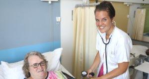 Christina Fröhmelt ist stellvertretende Leiterin der Pflegegruppe E41 Klinik für Allgemein-, Viszeral- und Gefäßchirurgie im Klinikum Solingen. Auch den Blutdruck der Patientinnen und Patienten zu messen gehört zu ihren Aufgaben. (Foto: © Bastian Glumm)