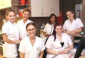 Auf Station ist Teamwork gefragt. Hand in Hand arbeiten die Kolleginnen und Kollegen der Pflegegruppe E31. (Foto: © Bastian Glumm)