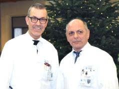 """Prof. Dr. Wolfgang Schwenk (li.), Chefarzt der Klinik für Allgemein-, Viszeral- und Gefäßchirurgie am Klinikum, stellte jetzt Dr. Ulrich Jaschke vor, der das neu eingerichtete """"Department für Gefäßchirurgie"""" übernommen hat. (Foto: © Bastian Glumm)"""