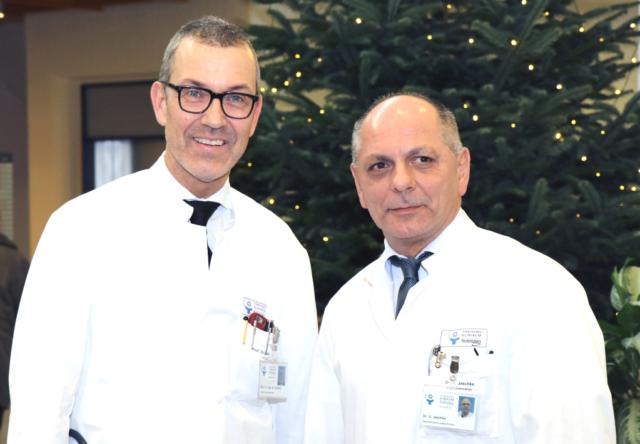 Prof. Dr. Wolfgang Schwenk (li.), Chefarzt der Klinik für Allgemein-, Viszeral- und Gefäßchirurgie am Klinikum, stellte jetzt Dr. Ulrich Jaschke vor, der das neu eingerichtete