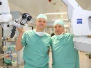 Im Klinikum kooperieren die Klinik für Neurochirurgie unter der Leitung von Privatdozent Dr. Ralf Buhl (re.) und die Klinik für HNO-Heilkunde, Kopf-, Hals- und Schilddrüsenchirurgie und Plastische Gesichtschirurgie, deren Chefarzt Professor Dr. Andreas Sesterhenn (li.) ist. (Foto: © Bastian Glumm)