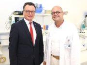 Arbeiten eng zusammen: Prof. Dr. Thomas Standl (li.), medizinischer Geschäftsführer des Klinikums, und Dr. Ulf Berger, Chefarzt der Klinik für Thoraxchirurgie am Petrus-Krankenhaus in Wuppertal. (Foto: © Bastian Glumm)