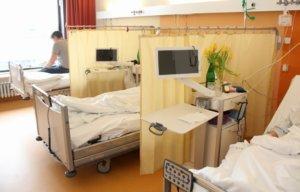 In den hellen Patientenzimmern verfügt nun jedes Bett über einen interaktiven Entertainment-Monitor. (Foto: © Bastian Glumm)