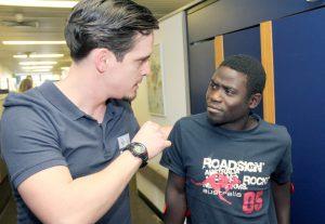 Physiotherapeut Michele Lorenzo Patricelli gibt Steven noch ein paar Tipps mit auf den Weg. Der junge Kenianer wohnt während seiner Zeit in Solingen bei der Familie Rappen in Aufderhöhe. (Foto: © Bastian Glumm)