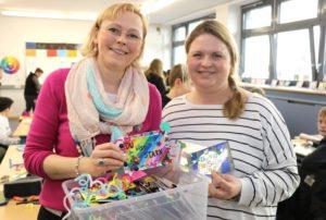 Kreativ-Coach Petra Maria Wewering (li.) und Lehrerin Katharina Eschbach sind von den kreativen Leistungen der Schülerinnen und Schüler begeistert. (Foto: © Bastian Glumm)