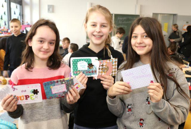 """Die 11-13-jährigen Schülerinnen und Schüler von vier Klassen des 6. Jahrgangs der Theodor-Heuss-Schule erstellten diese Woche sogenannte """"Mind-Splash""""-Karten. (Foto: © Bastian Glumm)"""