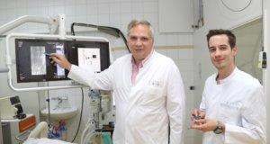Prof. Dr. Markus Heuser (li.) ist Chefarzt der Klinik für Urologie und Kinderurologie im Solinger Klinikum. An seiner Seite: Oberarzt Dr. Tobias Müllen, der gleichzeitig Zentrumskoordinator des Prostatakrebszentrums Solingen ist. (Foto: © Bastian Glumm)