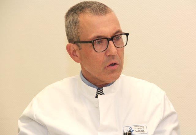Prof. Dr. Wolfgang Schwenk ist Chefarzt der Klinik für Allgemein-, Viszeral- und Gefäßchirurgie am Städtischen Klinikum Solingen. (Foto: © Bastian Glumm)