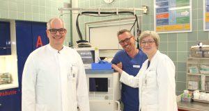 Sind sehr stolz darauf, die externe Qualitätsprüfung bestanden zu haben: v.li. ZNA-Chefarzt Dr. Patric Tralls, Laurenz Heidermann, stellvertretender Pflegeleiter, und Oberärztin Sabine Dreger. (Foto: © Bastian Glumm)