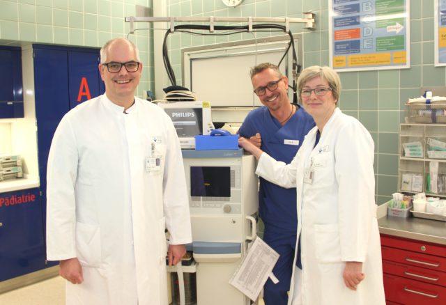 Sind sehr stolz darauf, die externe Qualitätsprüfung bestanden zu haben: v.li. ZNA-Chefarzt Dr. Patric Tralls, Laurenz Heidermann, stellvertretender Pflegeleiter, und Oberärztin Dr. Sabine Dräger. (Foto: © Bastian Glumm)