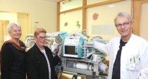 70.000 Euro kostete der neue Transport-Inkubator des Klinikums, 20.000 Euro wurden dafür von der Kinderherzhilfe Langenfeld gespendet, deren Vertreterinnen Margarete Bannert (li.) und Claire Günzel jetzt Dr. Volker Soditt, Chefarzt der Kinderklinik im Klinikum, besuchten. (Foto: © Bastian Glumm)