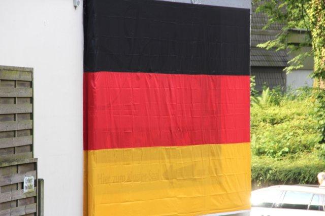 Auch am Kloster-Saal in Gräfrath ist bereits geflaggt. Dort werden zunächst die Vorrundenspiele der deutschen Nationalmannschaft gezeigt. (Foto: © Bastian Glumm)