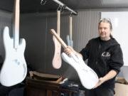 Knut Reiter ist Gitarrenbauer und begeisterter Musiker. Im Frühjahr zog er mit seinem Betrieb von Burscheid nach Solingen, wo ihn die Corona-Krise kalt erwischte. (Foto: © Bastian Glumm)