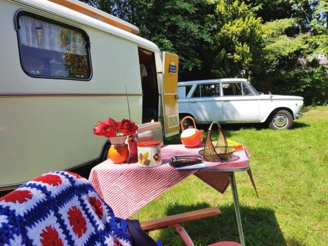 Die Fiat 1500 Familiare stammt aus dem Jahr 1966, der Wohnwagen aus dem Jahr 1967. Beim Oldtimer-Camping werden nur Gegenstände der Zeit genutzt, auf heutigen Luxus wird bewusst verzichtet. (Foto: © Miriam Gatawetzki-Köppchen)