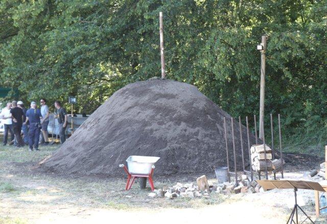 Nach acht Jahren Pause glimmt in Solingen wieder ein historischer Kohlenmeiler, eine gute Woche gibt es drumherum viele Programmpunkte. (Foto: © Bastian Glumm)